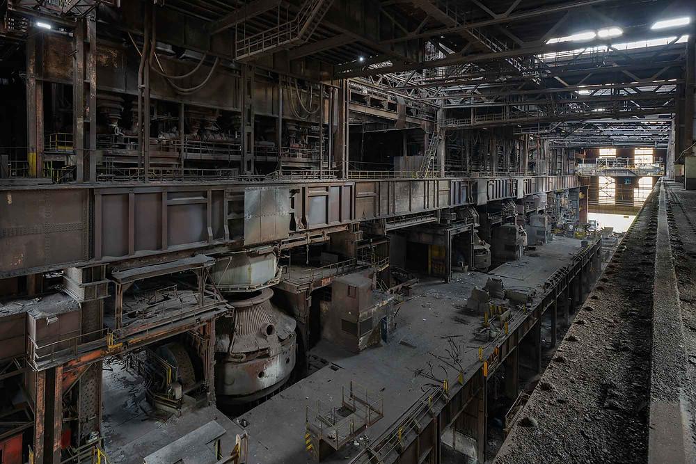 Forladte smeltekar på stålfabrik