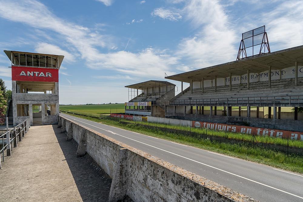 Forladt racerbane Circuit de Reims ovenpå pitten
