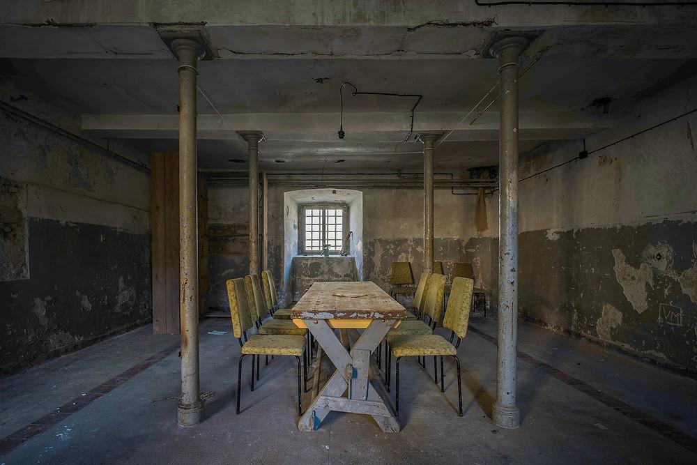 Spisesal i forladt fængsel