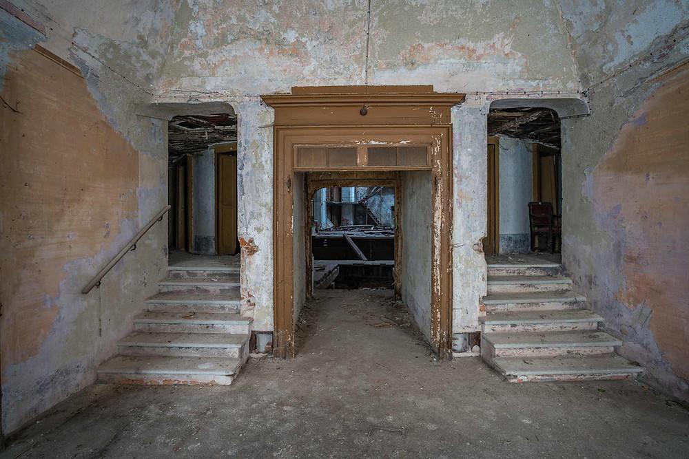 Indgang til gulvet eller balkonerne i forladt teater