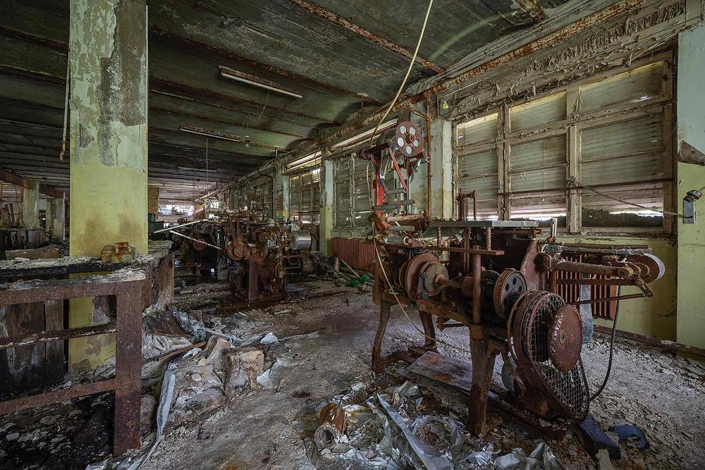Produktions maskiner på forladt chokoladefabrik