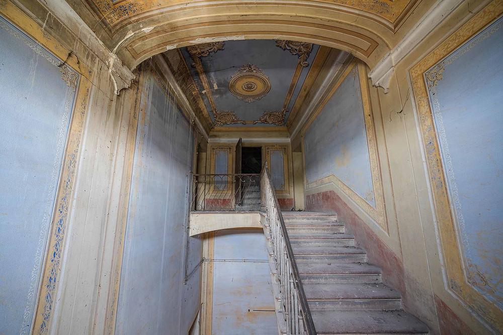Smukt udsmykket opgang i forladt villa