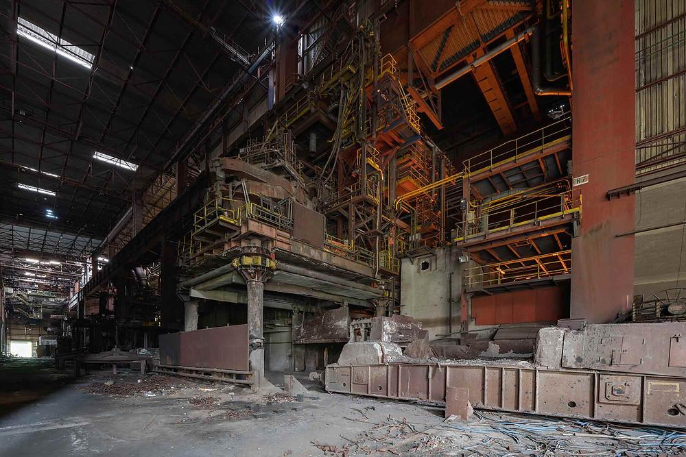 kæmpemaskine til at fjerne slagger på forladt metalfabrik.