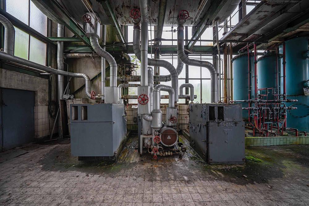 rør og ventiler på forladt kraftværk