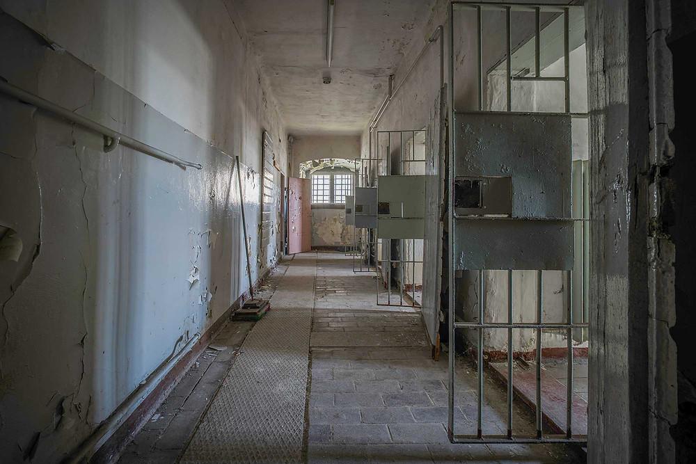Forladt fængselsgang med celler