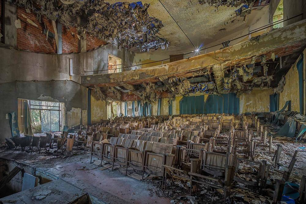 Smukt forfalt på forladt teater