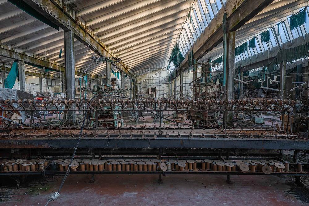 Gamle maskiner på forladt tøjfabrik
