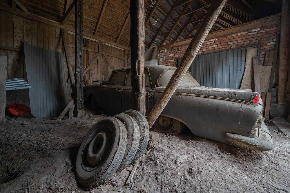 En Borgward P100 forladt i en garage i Sverige