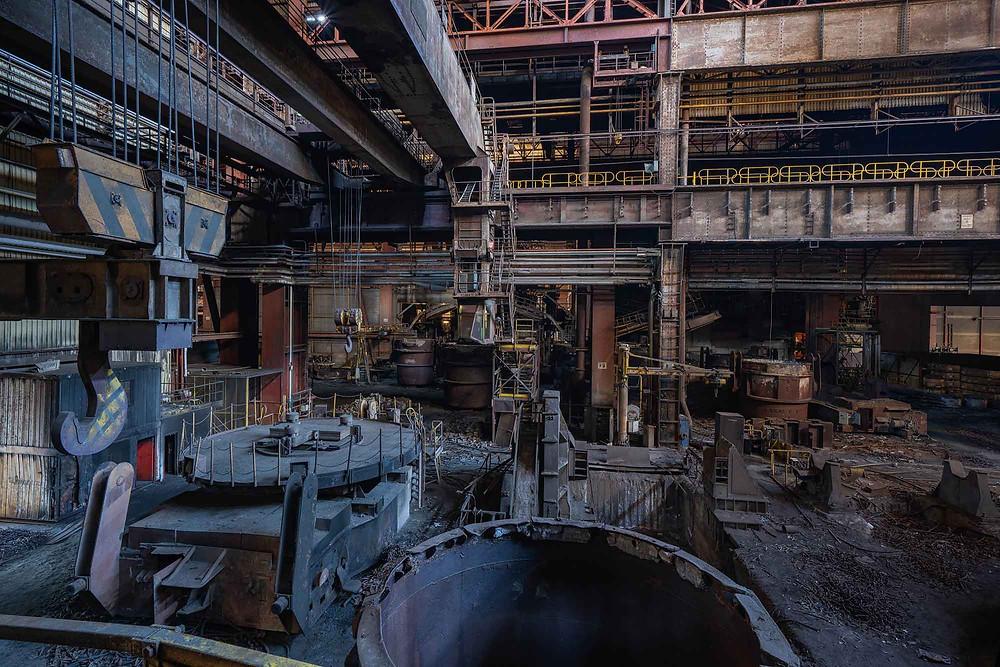 Forladt kran på stålfabrik