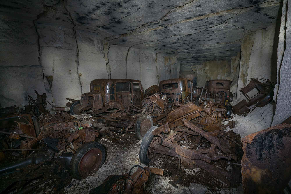 En mine i Frankrig fuld af forladte biler