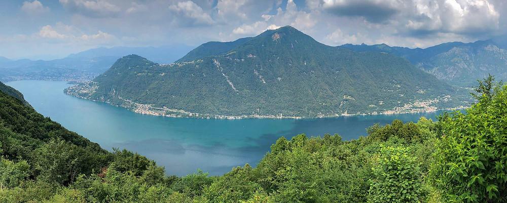 Udsigten fra bjerget udover søen.