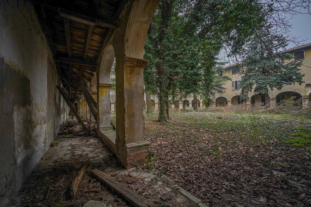Gårdhave på forladt kloster