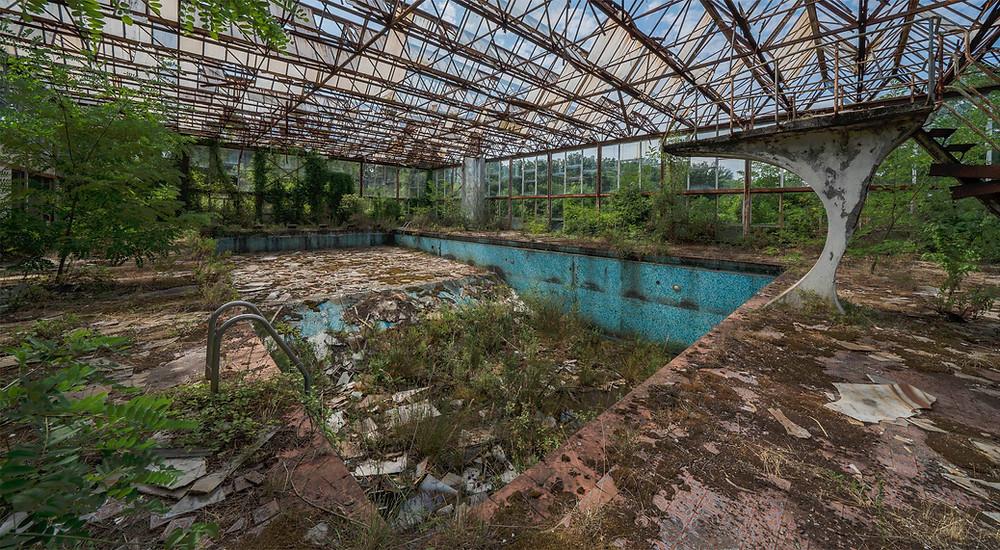 Masser af naturligt forfald i denn forladte svømmehal