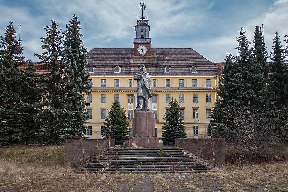 Lenin statue in front of Haus der Offiziere