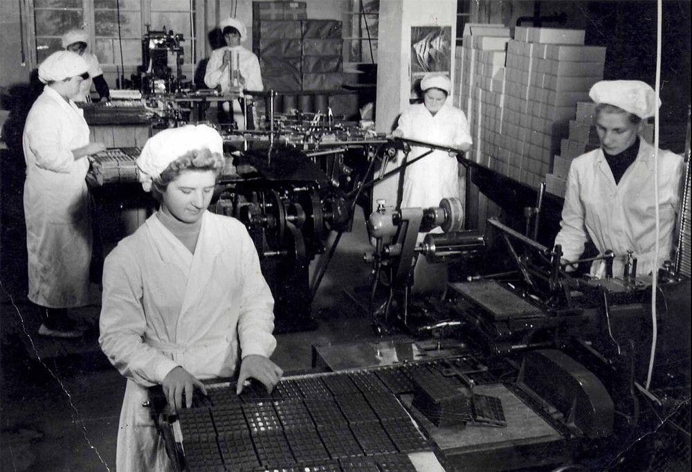 Historical picture of the production at the chocolate factory