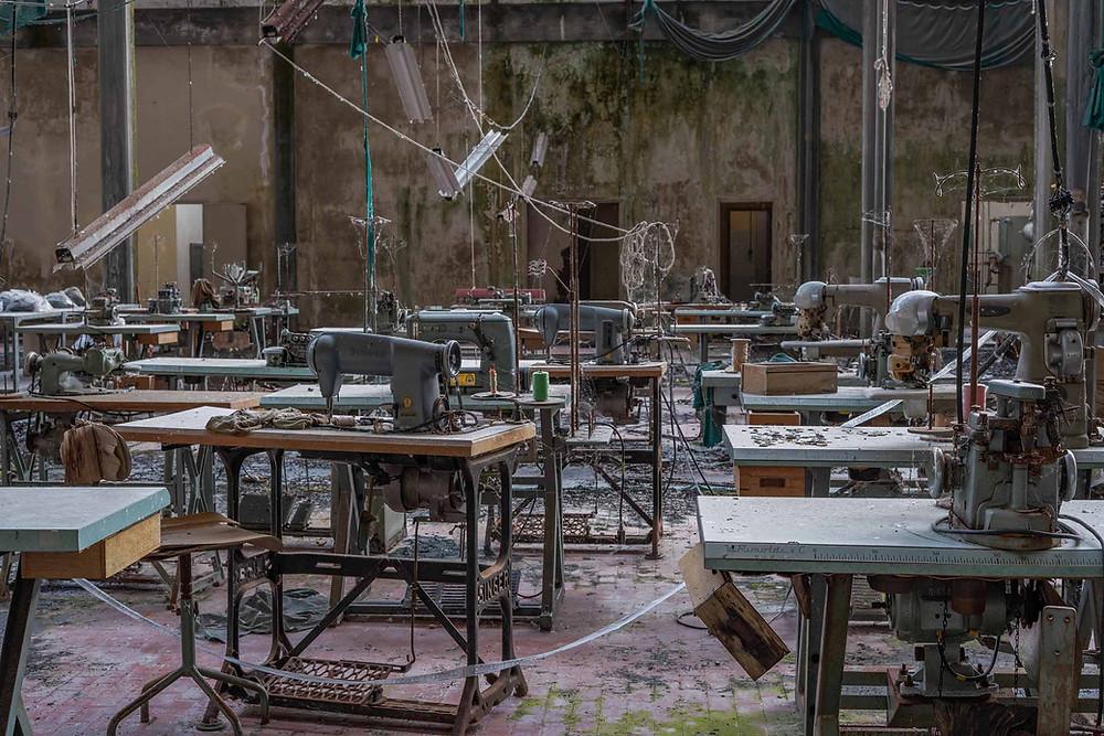Forladt symaskiner på fabrik i Italien