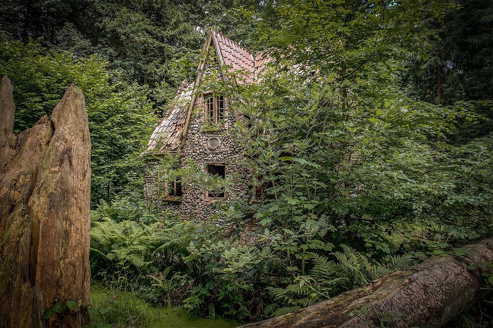 Flintholm god dækket af træer og buske
