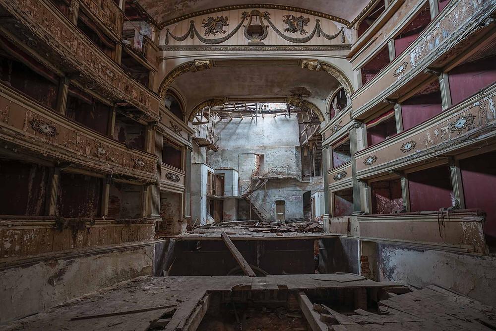 Scenen set fra gulvet