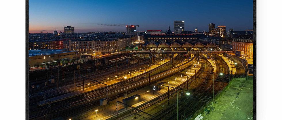 Fotokunst print af Hovedbanen i 75x50 cm med sort ramme
