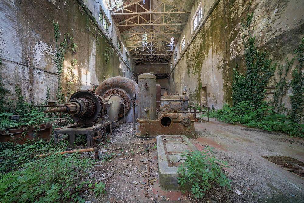 Gamle turbiner på det forladte kraftværk