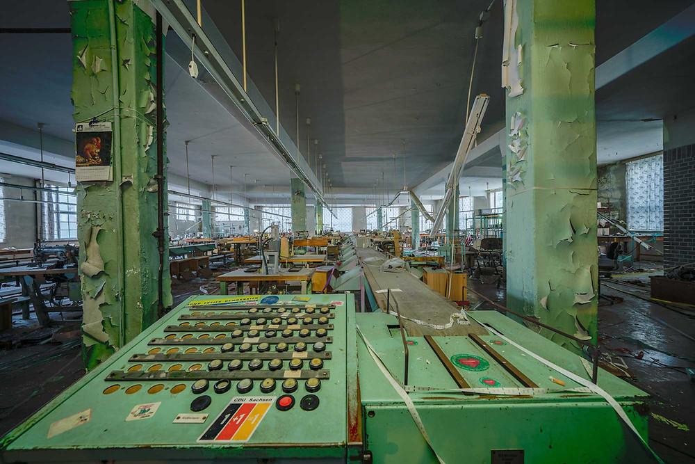 Transportbånd på forladt tøj fabrik