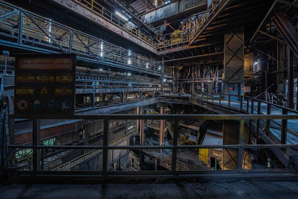 Masser af rust og snavs på den forladte stålfabrik