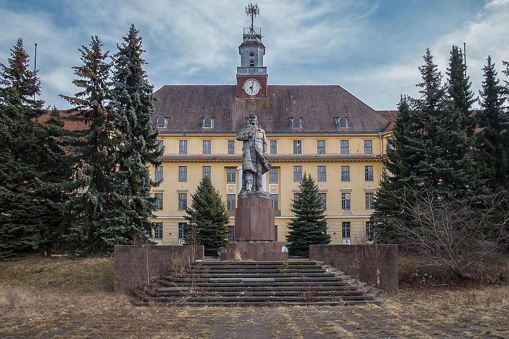 Lenin statue foran lille Moskva