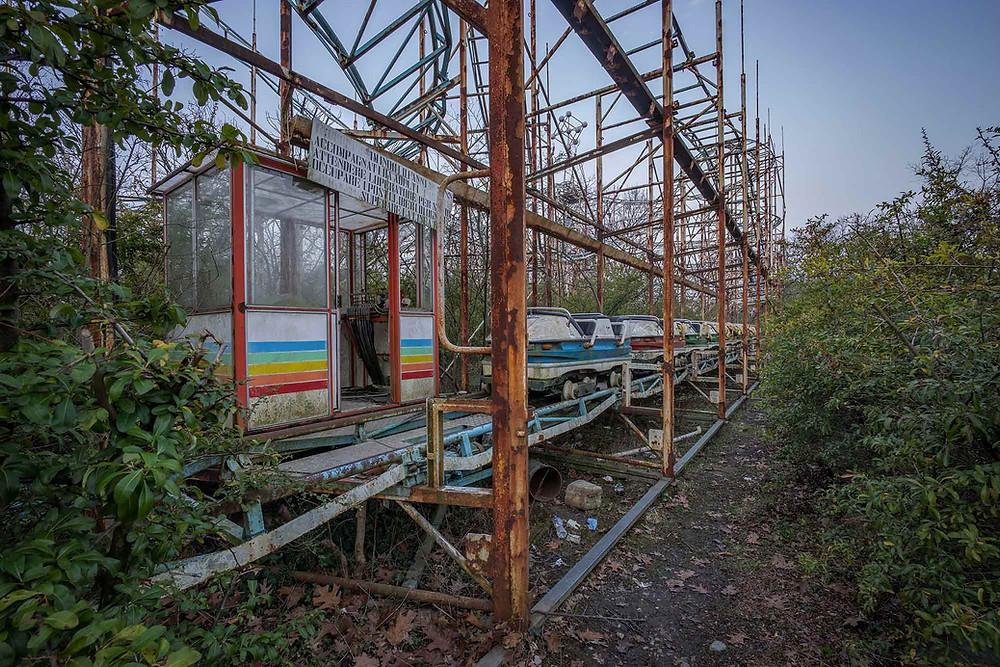 Rutchebane med vogne i forladt forlystelsespark i italien