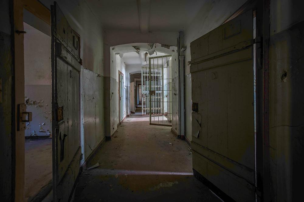 Gang med forladte fængsels celler