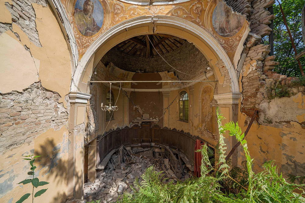 Smukke detaljer i forladt kirke