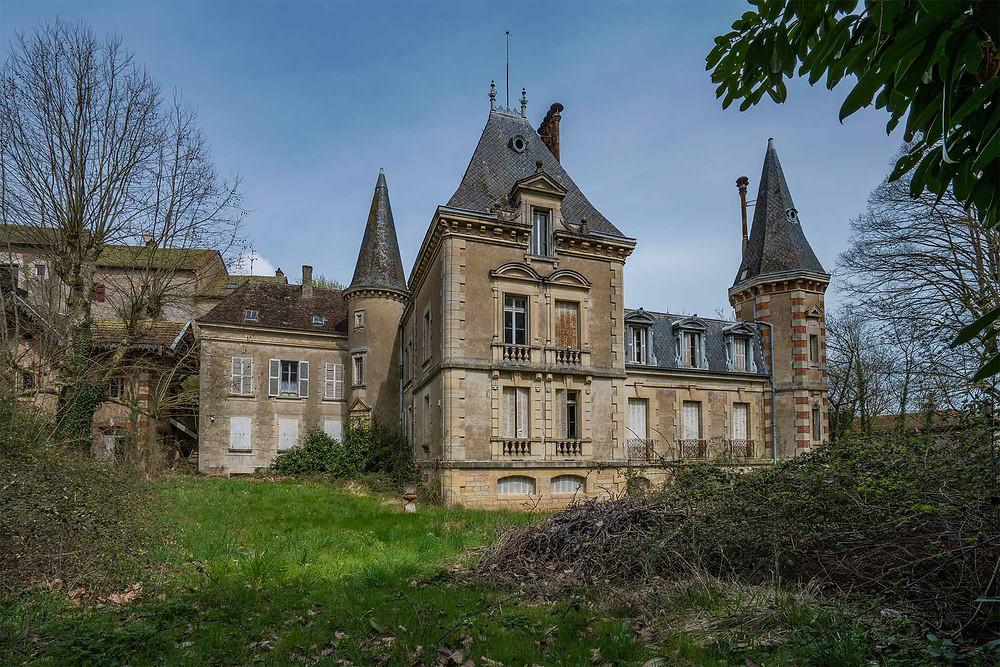 Exteriør af forladt vinslot i Frankrig