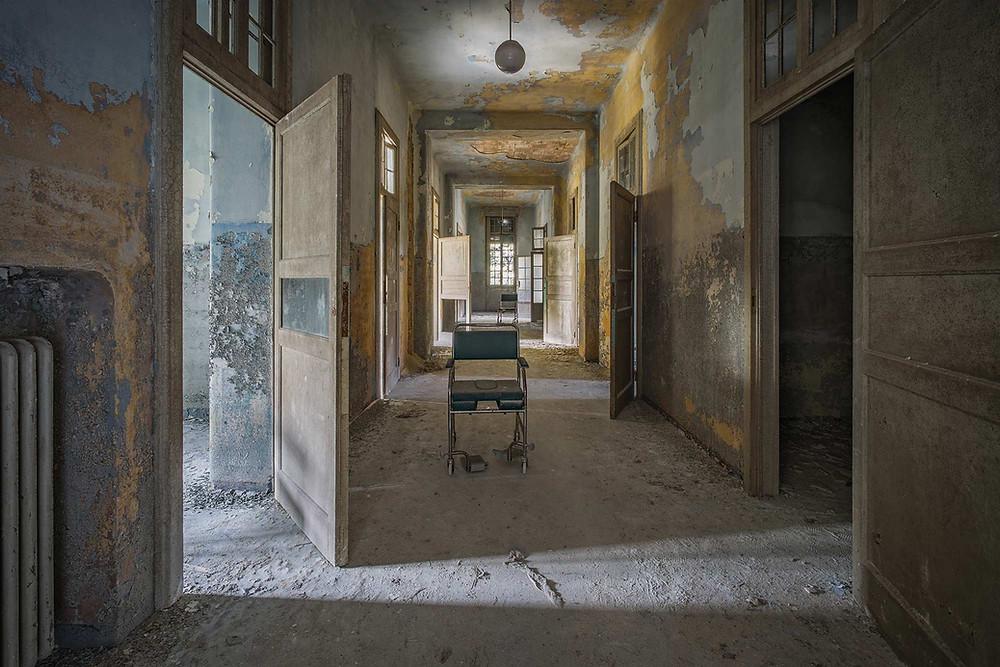 Kørestol på gangene på forladt hospital