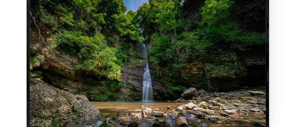Fotokunst natur print af Waterfall 1 i 75x50 cm med sort ramme