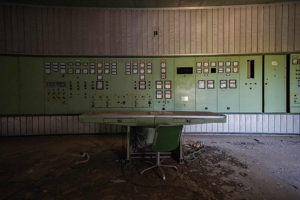 Fedt lysindfald i forladt kontrolrum