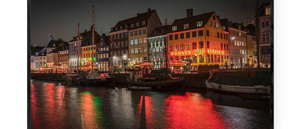 Fotokunst print af Nyhavn i 75x50 cm med sort ramme
