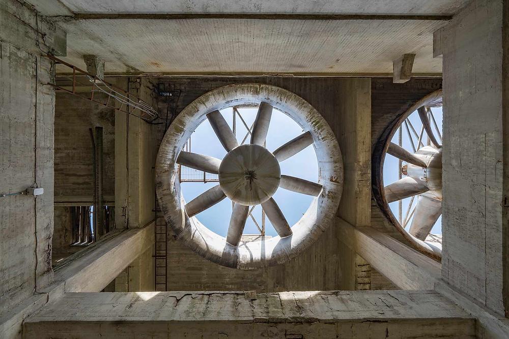 Kæmpe ventilatorer på forladt kraftværk