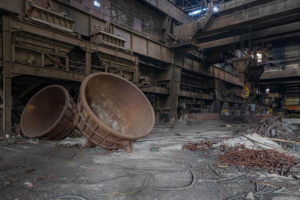 Forladte smeltekar på stor stålfabrik