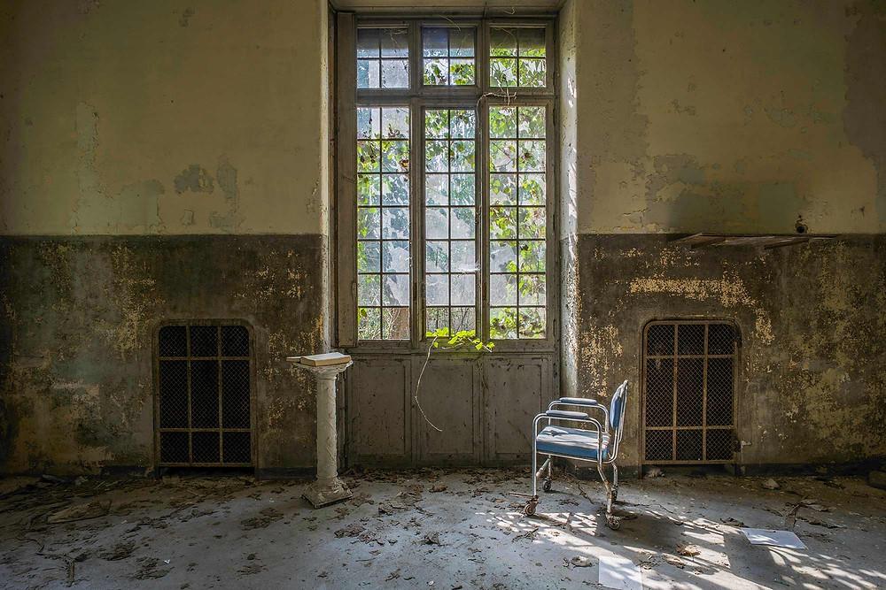 naturligt forfald på forladt hospital