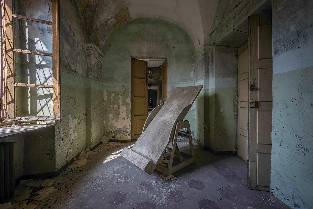 Forfald og inventar på forladt sindsyge hospital
