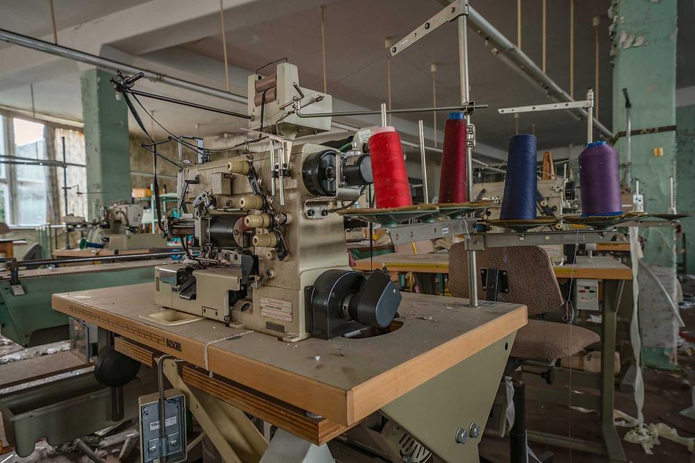 Tråd på symaskine på forladt fabrik