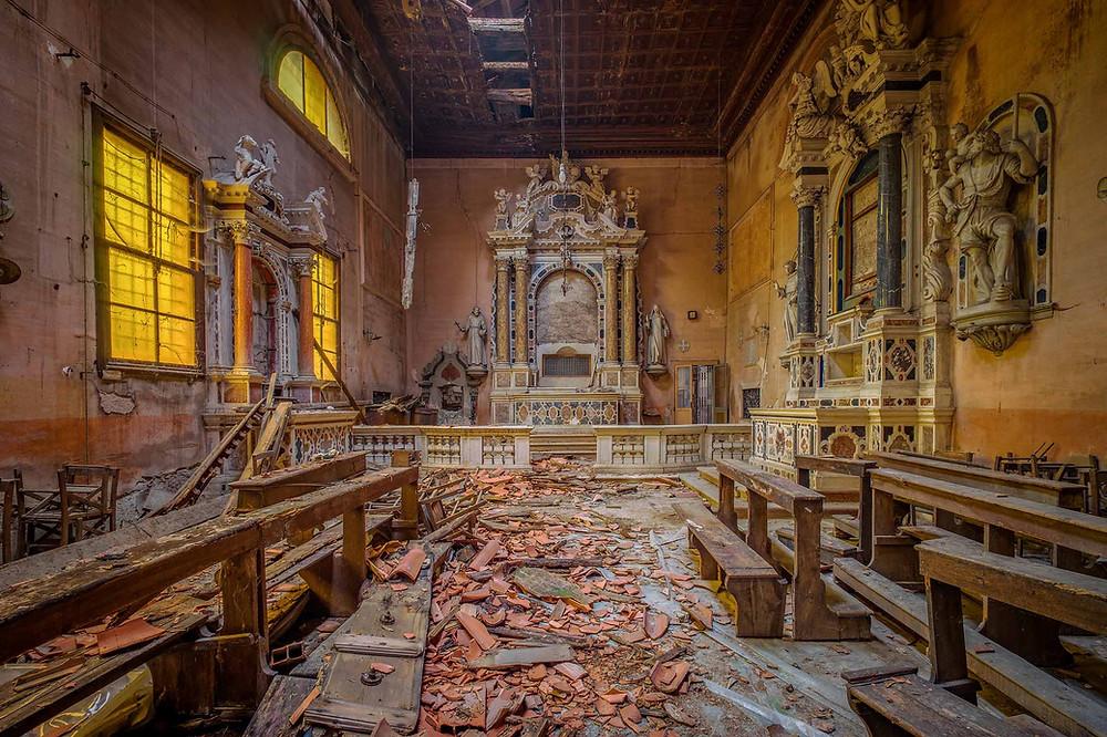 Smuk forladt kirke i Italien med naturligt forfald