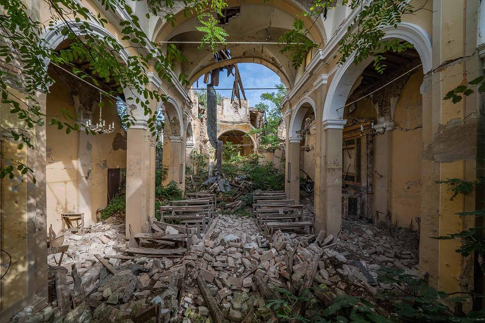 Smukt forfald i den forladte kirke