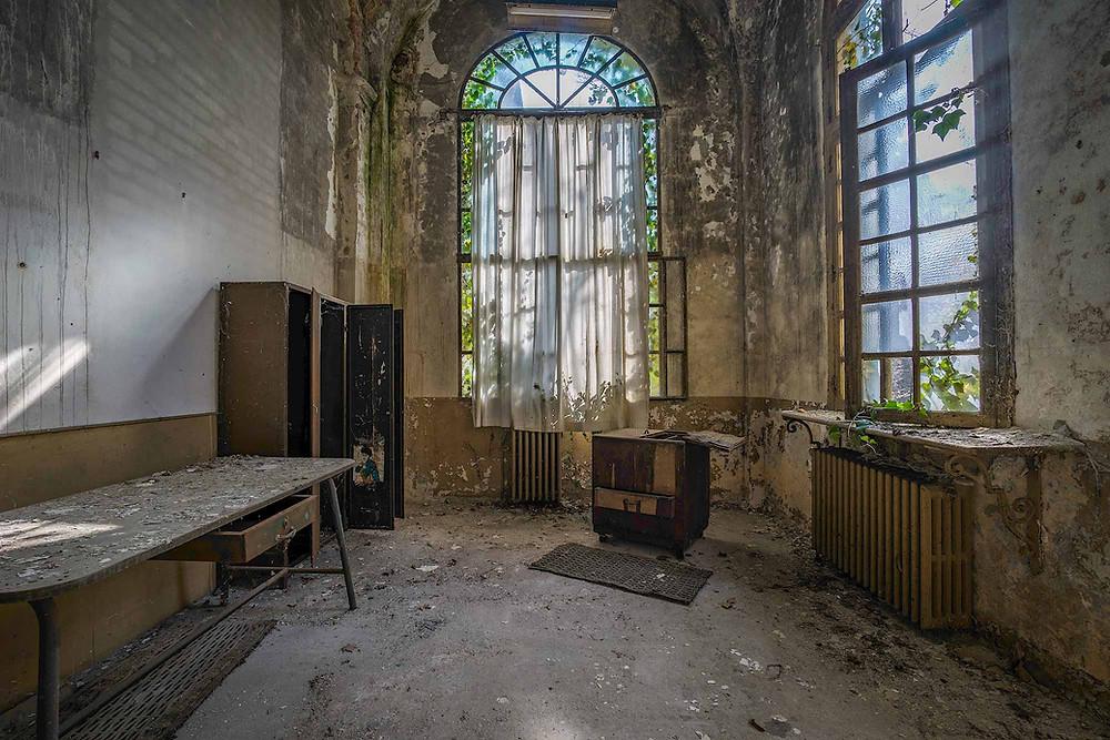 Smukt naturligt forfald på forladt psykiatrisk hospital