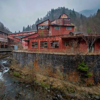 Farverig forladt mine i Italien: Miniera T