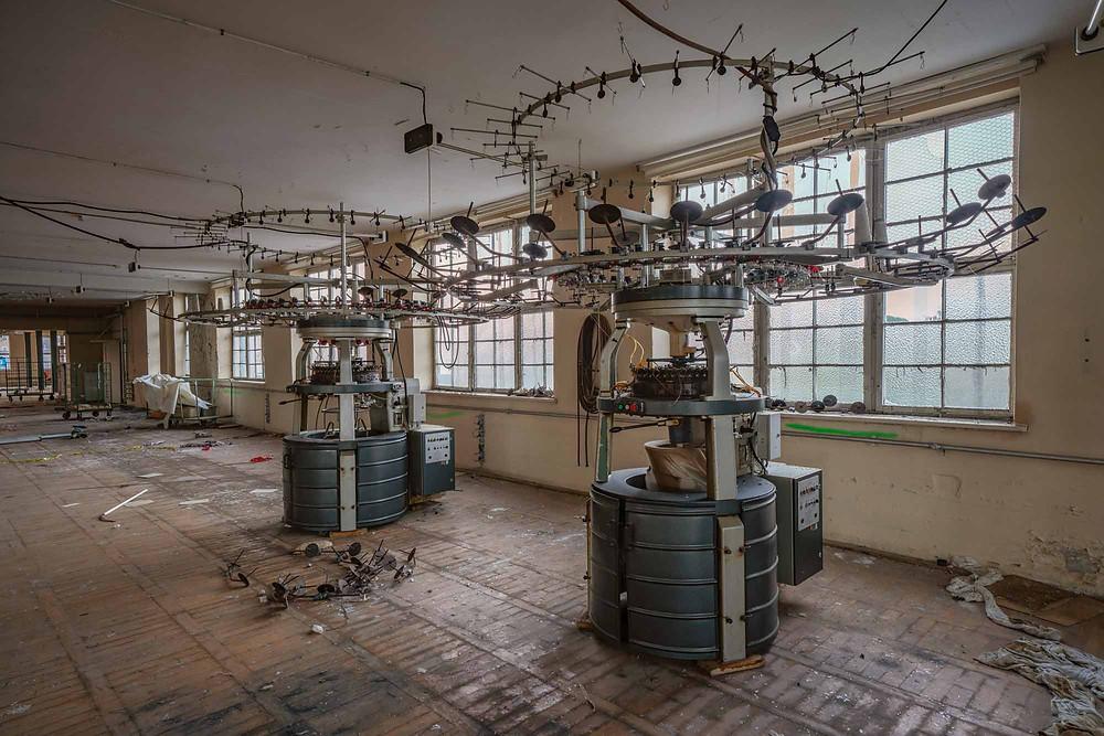 Maskiner på forladt tøj fabrik
