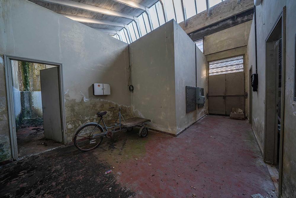 Forladt tøjfabrik i en lille by i Italien