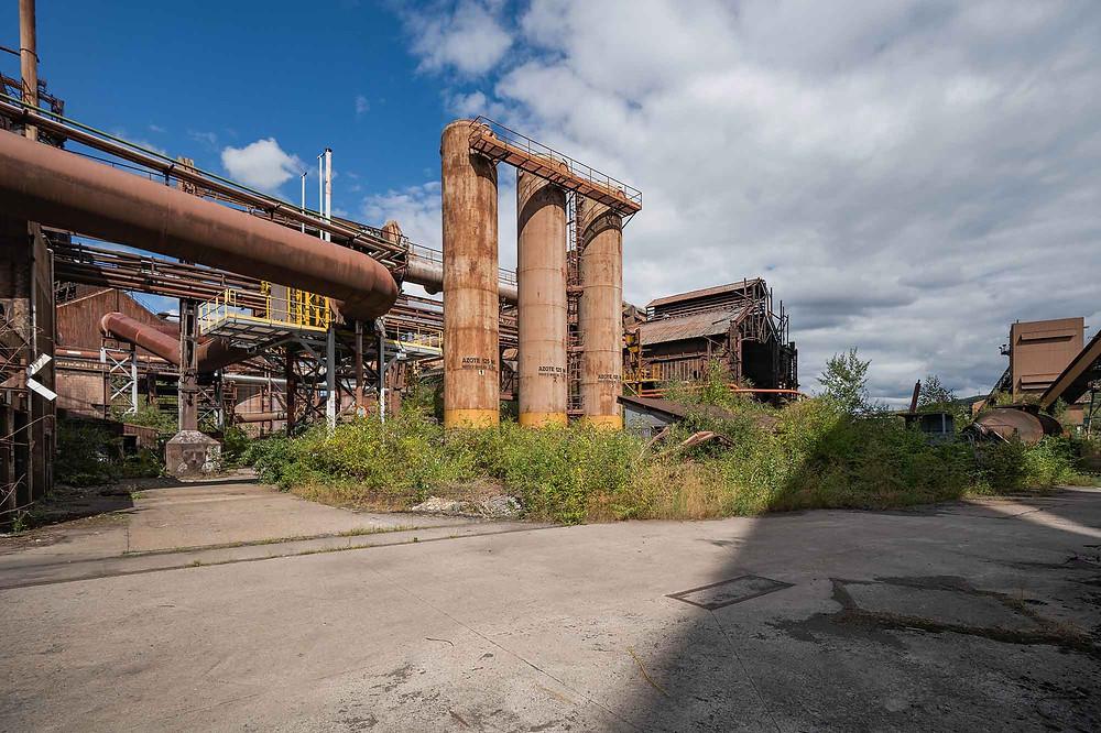Masser af rust og forfald på forladt metalværk