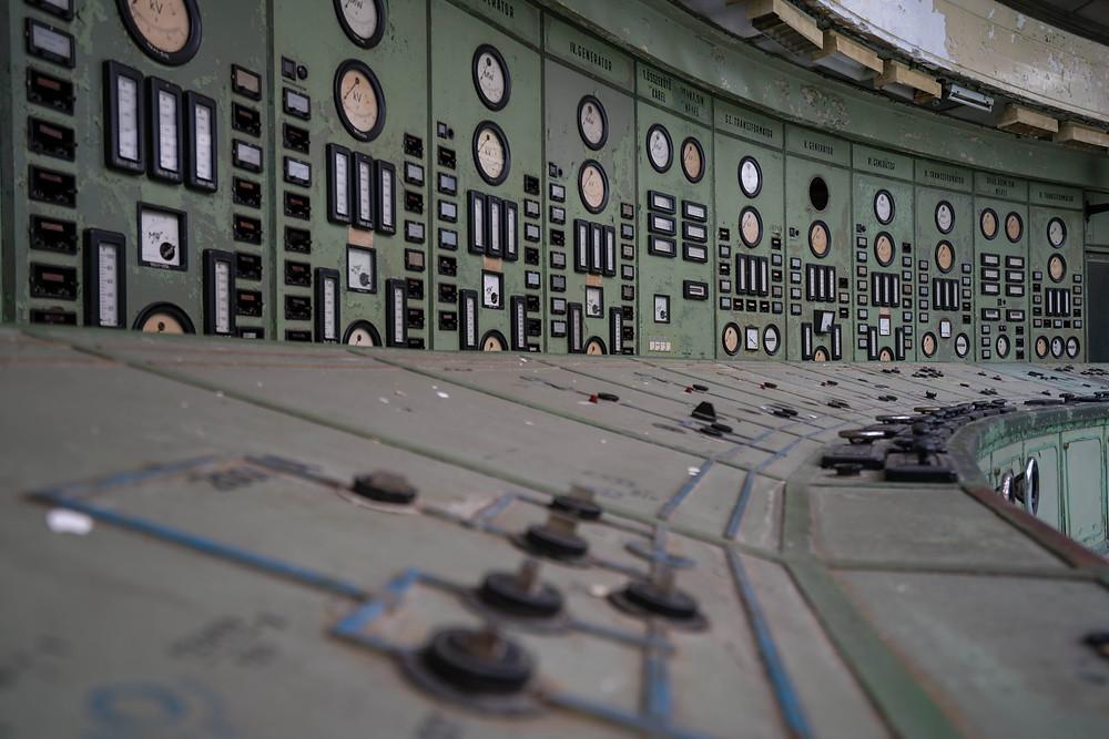 Knapper og ure på forladt kraftværk