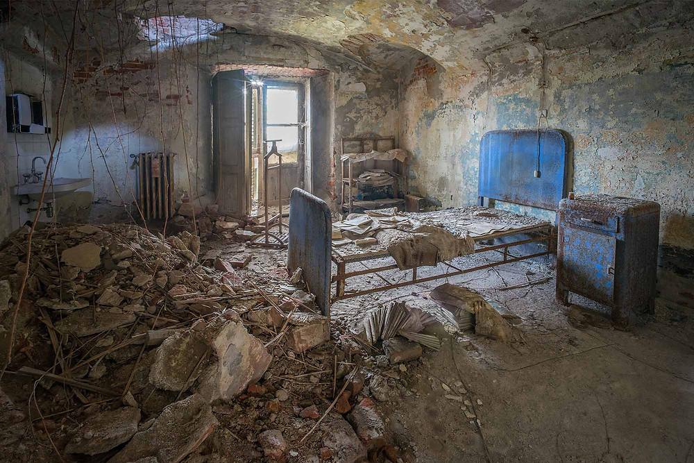 Overlægens seng på forladt sindsyge hospital
