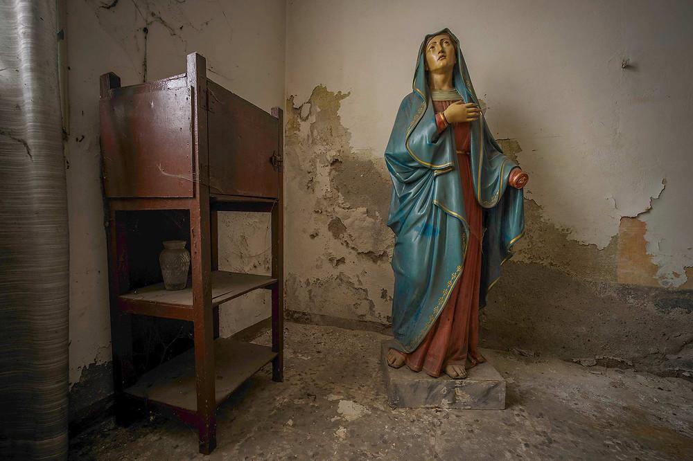Statuer i forladt kirke